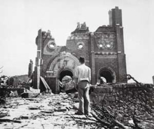 La catedral de Nagasaki destruida tras el ataque nuclear (imagen 03).