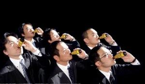 Imagen 01: Salaryman bebiendo.